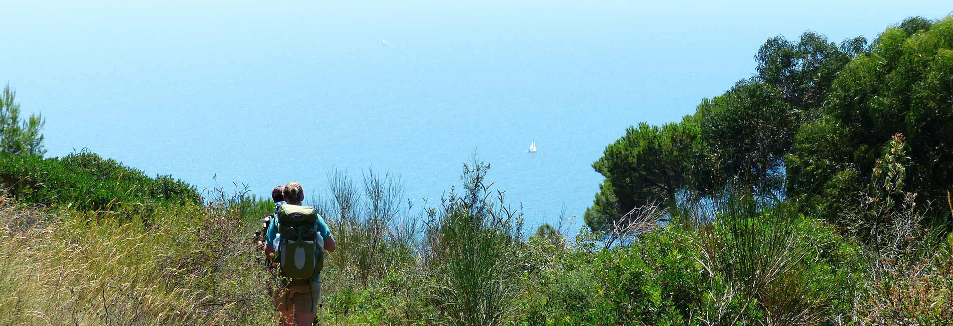 Foto di un sentiero lungo la costa Ligure