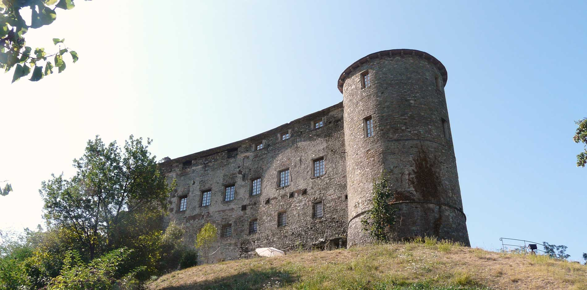 Veduta dal basso del castello di Calice